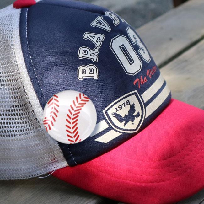 缶バッチ(野球ボール柄)野球帽・キャップにつけた写真