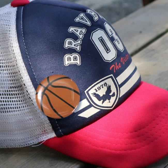 缶バッチ(バスケットボール柄)野球帽・キャップにつけた写真
