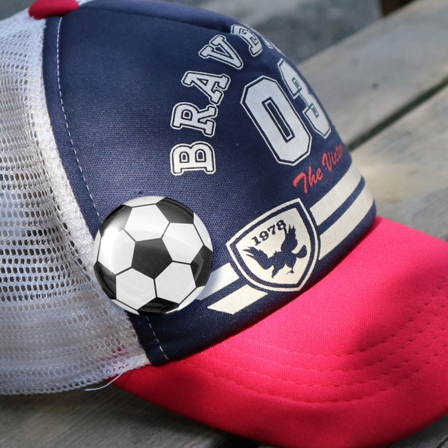 缶バッチ(サッカーボール柄)サッカー帽・キャップにつけた写真